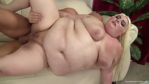 Grown-up blonde floosie spreads her fat paws to realize fucked unconnected with a pine cock