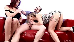 Couch sex in threesome with two top babes on fire
